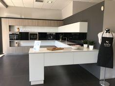 En nuestra exposición descubrirás cocinas, baños y armarios modernos y con un equipamiento de muy alta calidad. Corner Desk, Dining Bench, Kitchen In, Furniture, Home Decor, Kitchen Sinks, Vanity Tops, Modern Kitchens, Minimalism