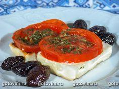 Брынза, запеченная с помидорами (саганаки).Брынза - 500г; помидоры - 1-2 шт.; масло оливковое, маслины соленые - по вкусу; сушеные или свежие травы (на выбор базилик, майоран или смесь трав) - около 1 ч.л.  Фольгу нарезать на 4-5 квадратов со стороной не менее 25 см. Брынзу нарезать ломтиками толщиной около 2 см. Помидоры порезать колечками. Фольгу смазать оливк. маслом, в центр положить ломтик брынзы, на него - помидор и обильно посыпать травой. Края фольги подогнуть. Запекать 15 минут. Homemade Cheese, Thai Red Curry, Camembert Cheese, Cheesecake, Ethnic Recipes, Desserts, Food, Meal, Cheesecakes