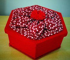Caixa em madeira MDF sextavada. Revestida inteira com tecido.  Poás por dentro e por fora. Na tampa, um origami em formato de flor: um charme só. R$ 38,00