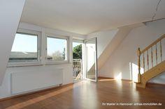 Blick aus Richtung Kochbereich Richtung großer Wohnbereich mit sich anschließendem Balkon