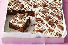 Chewy chocolate oat squares are a cross between a cake and a flapjack and so easy to make. The kids will love making these with you. Ready in under this simple tray bake is made with cocoa powder to give it a rich, chocolatey flavour, drizzled with me Tray Bake Recipes, Baking Recipes, Cake Recipes, Dessert Recipes, Bake Sale Recipes, Loaf Recipes, Pudding Recipes, Baking Ideas, Delicious Desserts