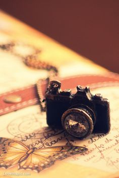 Camera necklace girly cute jewelry photograhy: I ALMOST DIED WHEN I SAW THIS! SOOOO CUTE!!!!!!!!