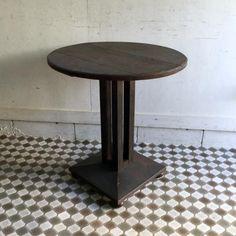 アンティークのカフェテーブル|丸い天板に4本のコラムの脚が素敵なカフェテーブルです!アールデコのシンプルなモチーフのコラムとスクエア(四角)台形ベースのバランスが絶妙ですね。660と低めな天板はアンティークの椅子ではもちろんのこと、現代の椅子でも使いやすい高さ。女性にも高さを気にせずお使いいただけます!お手持ちの椅子と合わせて優雅にティータイムなど楽しんでくださいね。