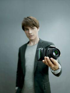 Mit derPENTAX K-S1 wird der Einstieg in die Welt digitaler Spiegelreflexkameras noch einfacher. Die neu entwickelte Kamera ist besonders leicht und hat einen extra kleinen Body, so istman nicht s...
