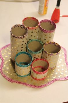 Need a little help to keep all your pens, markers and pencils organized? This DIY pen organizer is a great project to make with recycled toilet paper tubes. Toilet Paper Roll Crafts, Cardboard Crafts, Diy Paper, Diy For Kids, Crafts For Kids, Crayon Organization, Crafts From Recycled Materials, Pencil Organizer, Pot A Crayon