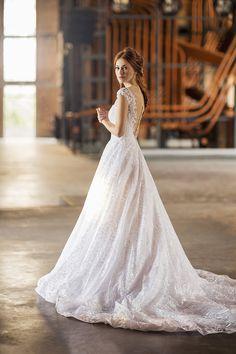 Vestido de noiva de renda com saia volumosa e decote nas costas com botõezinhos ( Vestido: Nova Noiva | Beleza: Agência First | Foto: Larissa Felsen )
