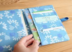 赤ちゃんとの外出時に慌てないよう、必要なカード類を1つに収める母子手帳カバーの作り方をご紹介します。