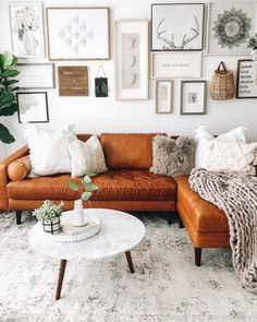 This snowy white living room is the ideal, refreshing cool-down spot we all NEE. - Design Cointrend News Boho Living Room, Home And Living, Living Rooms, Burnt Orange Living Room Decor, Everything But The House, Living Room Decor Inspiration, Cozy House, Apartment Living, Decoration
