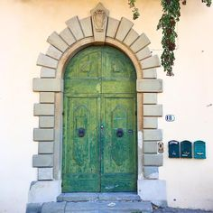 Green door in Pian dei Giullari on Florence hills | Photo by Valentina Dainelli (@toomuchtuscany)