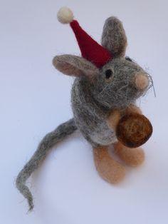 Deko-Objekte - Maus mit Haselnuß, Haselmaus, Weihnachten, filz - ein Designerstück von GLUECKamSTUECK bei DaWanda