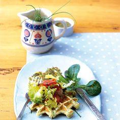 Rezept: Kartoffel-Waffeln mit Lachs und Salat