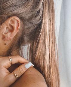 77 Ear piercing ideas for Women. Cute and Beautiful Ear piercing Ideas. Percing Tragus, Piercing Oreille Cartilage, Innenohr Piercing, Double Helix Piercing, Cartilage Stud, Ear Piercings Cartilage, Helix Hoop, Ear Peircings, Anti Tragus