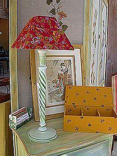 Dans le séjour, le salon ou la chambre, une lumière d'appoint apporte LA touche d'ambiance qui peaufine le décor. A partir d'une carcasse et d'une chute de tissu, il est plutôt facile de créer un abat jour très personnalisé.