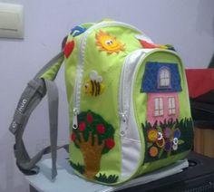 Bolso decorado para que los niños de la clase se lo lleven a casa semanalmente con historias, dibujos, libros, etc.