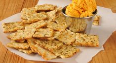 Whole grain crackers with cheddar cheese, the perfect snack for people who are conscious of dental health. Whole grain foods contains fiber, vitamins and minerals that are good for teeth. Easy Dinner Recipes, Appetizer Recipes, Snack Recipes, Healthy Recipes, Appetizers, Cola Dose, Northwoods Inn, Whole Grain Foods, Famous Recipe