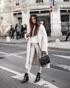 Snake print pants and white Teddy coat - Trend: Schlangenmuster - So kannst du Snake Print kombinieren! Printed Pants Outfits, Outfits Leggins, Snake Print Pants, Animal Print Pants, Fall Winter Outfits, Autumn Winter Fashion, Easy Style, Trendy Outfits, Fashion Outfits