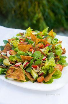 L'Eté n'est toujours pas terminé à Paris, le soleil est toujours là, alors on continue de manger des salades!Etaujourd'hui on cuisineune saladesyrienne (ou plus généralement …