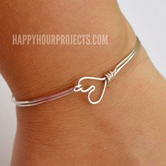 DIY Wire Wrapped Heart Bangle Bracelet at www.happyhourprojects.com Beads And Wire, Jewelry Crafts, Wire Crafts, Handmade Jewelry, Heart Bracelet, Bangle Bracelets, Happy Hour, Wire Wrapped Bangles, Diy アクセサリー