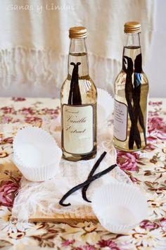 botellas de vidrio con vainas de vainilla macerando para extracto