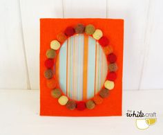 Felt cardboard and felt balls photoframe. / Marco por TheWhiteCraft