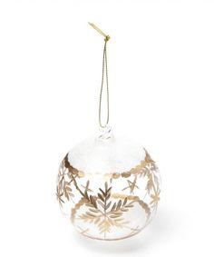 透明なガラスに雪の結晶をデザインした宝石のようなオーナメント。 手書き風の雪の結晶とグリッターを施し、イルミネーションライトに照らされるとより幻想的に映ります。 ガラス製オーナメントや、シルバーやゴールドカラーでまとめた大人っぽいクリスマスツリー作りにもぴったりです。  店舗へのお問い合わせの際は、以下の商品番号をお申し付けください。 商品番号:209577