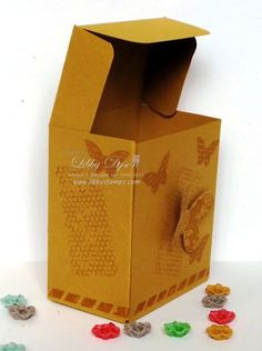 """Libby Stampz: Gift Bag Punch Board Tilt Top Lid Box - Box mit Deckel zum Öffnen, aus einem DIN-A4-Bogen, gekürzt auf 11"""", weiter siehe Video-Anleitung + Blog-Post"""