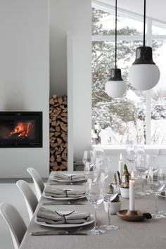 christmas tablesetting- ELISABETH HEIER Forget the table, check out the fireplace log nook. Christmas Interiors, Ideas Hogar, Christmas Table Settings, Luminaire Design, Living Room Kitchen, Dining Room, Deco Table, Decoration Table, Interiores Design