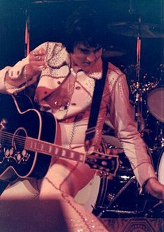 Elvis live at the Hilton in august 29 Elvis Presley Pictures, You're Hot, Priscilla Presley, Graceland, American Singers, Belle Photo, Memphis, Touring, Rock And Roll