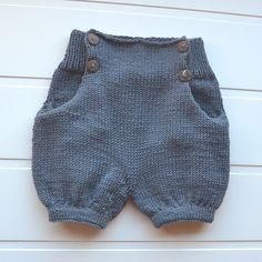 • ny shorts til lillebror • #olasshorts uten smekke og seler. #norskbarnemote #strikkemamma #strikkedilla #barnestrikk #guttestrikk #sandnesgarn #merinoull #knitsandpieces Blir bare mer og mer glad i denne oppskriften @knitsandpieces !