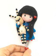 Aquí está mi Gorjuss y su mascota, qué os parece?? Se parece a la original??  Here is my Gorjuss . What do you think?#amigurumi #amigurumis #ganchillo #amigurumidoll #crochet #crochetdoll #crocheting #instacrochet #crochê #weamiguru #craft #handmade #handcraft #hobby #doll #toy #あみぐるみ #игрушкикрючком #амигуруми #häkeln #letekipoki #amrial_t #كروشيه #rajutan #人形 #かぎ針編み  #娃娃 #코바늘인형 #gorjuss #galicia