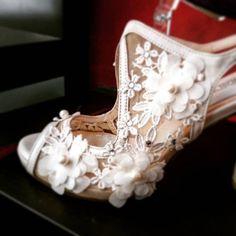 Νυφικά παπούτσια με απλικαρισμα δαντέλας Bridal Shoes, Wedding Shoes, Vintage Bridal, Sneakers, Instagram, Fashion, Bride Shoes Flats, Bhs Wedding Shoes, Moda