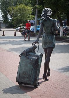 street sculpture - the traveller, Vitebsk railway