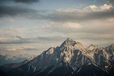 """Seven Summits Stubai - Auch das Tiroler Stubaital hat seine """"Seven Summits"""". Gemeint sind aber nicht die höchsten, sondern die charakterstärksten Berge. Die Serles (Bild) ist der technisch einfachste Gipfel. Er ist bereits bei der Anreise ab Innsbruck sichtbar und somit der markanteste Gipfel der Seven Summits. Zum Reisebericht: http://www.nachrichten.at/reisen/Seven-Summits-Stubaital-verspricht-ganz-grosse-Bergwelt;art119,1451164 (Bild: TVB Stubai Tirol / Andre Schönherr)"""