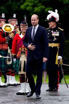 """Prinz William + Herzogin Catherine: 21. Mai 2021 Fàilte! Willkommen in Schottland! Prinz William wird zu Beginn seiner Reise am Holyrood Palace, der offiziellen Residenz der Queen in Edinburgh, feierlich empfangen. Es ist der erste Auftritt des Royals seit der Veröffentlichung der Paukenschlag-Interviews seines Bruders in der Doku-Serie """"The Me You Can't See"""". Darin spricht Prinz Harry über seine mentalen Probleme, den Suizidversuch von Herzogin Meghan und erhebt diesbezüglich erneute Vorwürfe g Prinz Charles, Prinz William, Jd Sports, Kate Und William, Interview, Prinz Harry, Herzog, Mai, Edinburgh"""