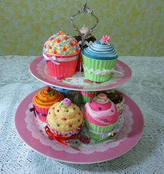 Cupcake de feltro, toalhinha e miçanga.