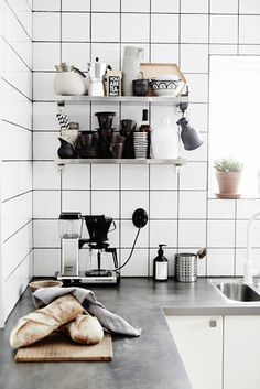 Kitchen tile images 09 matte white square tiles with black grout for a mid century modern scandinavian kitchen Kitchen Tiles, New Kitchen, Kitchen Dining, Kitchen Decor, Kitchen Black, Kitchen Shelves, White Square Tiles, White Tiles, Cocinas Kitchen