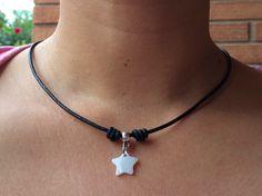 Collar de cuero con colgantito de estrella de nacar