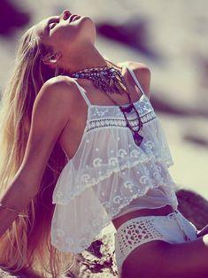 Acheter la tenue sur Lookastic:  https://lookastic.fr/mode-femme/tenues/debardeur-en-chiffon-a-volants-blanc-bas-de-bikini-en-crochet-blanc/11302  — Débardeur en chiffon à volants blanc  — Bas de bikini en crochet blanc