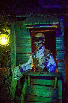 Photo tour of a unique take on the Haunted Mansion concept: Phantom Manor in Disneyland Paris!