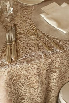 Light caramel linen for your wedding tables. Perfect with silver cutlery and ivory colored napkins