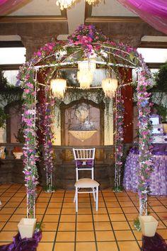 Kiosko, flores naturales, velas, luces, guirnaldas