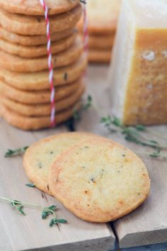 Parmesan Thyme Crackers are easy to make and are the perfect nibble to serve with cocktails. Also makes a charming edible gift. Savory Crackers Recipe, Parmesan Cracker Recipe, Savoury Biscuits, Homemade Crackers, Macarons, Diy Food Gifts, Homemade Food Gifts, Homemade Butter, Thyme Recipes