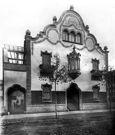 Situada a la cantonada dels carrers Balmes i Còrsega a l'Eixample de Barcelona, la Casa Trinxet es va fer servir com escola durant molts anys. Fins que l'any 1966 es va concedir un permís per enderrocar-la i construir un bloc de pisos. De res va servir la campanya que es va fer per convertir-la en un museu del Modernisme català i va ser enderrocada.