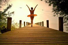 https://flic.kr/p/3Yx97j | o sonho de voar | abrir as asas, barrigar a gravidade, cortar o vento de ponta-a-cabeça, olhar ao longe a cidade em pontinhos, e no estômago a altitude sentir caindo, nunca foi adormecido na alma de menina.  então, para não deixar morrer o encantamento, vôo à minha maneira; à minha maneira humana, chocolate suflair, de zarpar se acaso der. ✯ Ballet beautie, sur les pointes ! ✯