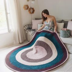 Learn how to make this giant rug XL Woven in Crochet with Trapillo ★★★ â … - Easy Purse Diy Crochet Carpet, Crochet Home, Crochet Yarn, Tapete Doily, Doily Rug, Knit Rug, Rug Yarn, Crochet Motifs, Crochet Patterns