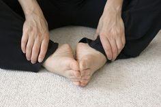 Une variation de la position du papillon. Étendez-vous sur le sol ou sur votre lit et joignez vos pieds ensemble. Vos genoux doivent créer la forme d'un diamant. Si c'est trop difficile, n'hésitez pas à mettre un coussin sous vos genoux.