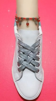 Ways To Lace Shoes, How To Tie Shoes, Diy Fashion Videos, Diy Fashion Hacks, Ways To Wear A Scarf, How To Wear Scarves, Girls Fashion Clothes, Fashion Shoes, Shoe Lacing Techniques