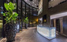 De rond vorm van het hotel is overal doorgetrokken in de inrichting. Zo zijn er ronde zitjes rondom de piano, is de douchecabine als een glazen koker vormgegeven en zijn er grote ronde raampartijen in de kamers met een doorsnede van 2,5 meter.