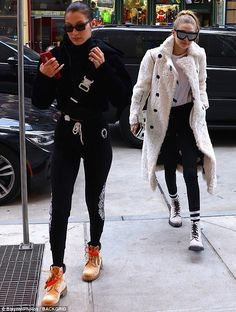 Gigi Hadid Looks Cute While Out in the Rain!: Photo Gigi Hadid keeps her head low as she makes her way back to her apartment on Tuesday afternoon (January in New York City. The model attempted to… Gigi Hadid 2014, Gigi Hadid Looks, Sport Fashion, Fashion News, Street Fashion, Bella Hadid Style, Style Finder, Model Street Style, Old Models