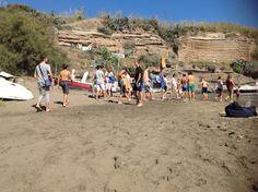 Mentre una parte dei ragazzi del #camposcuola sono già in mare aperto, gli altri - dopo il laboratorio di geologia a Parata Grande - arrivano ora in spiaggia a Calarossano.